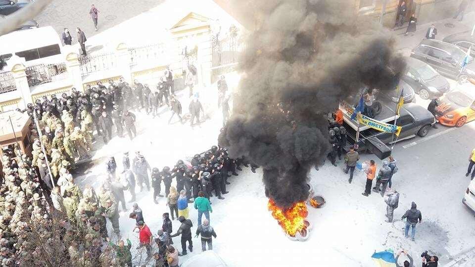 У центрі Києва активісти підпалили шини: опубліковані фото
