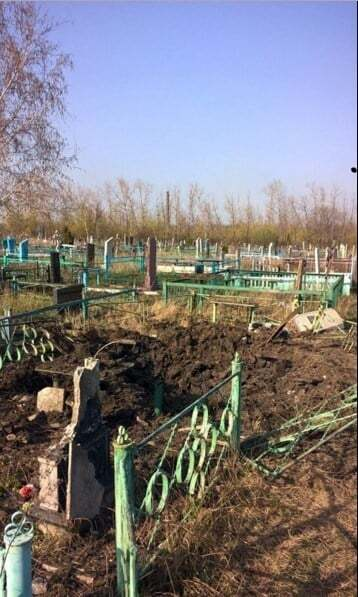 Терористи розбомбили кладовище у Макіївці: опубліковані фото