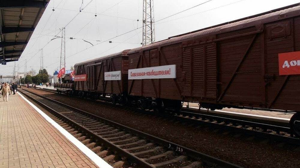 """В Джанкой прибыл """"поезд победы"""" с отжатыми украинскими вагонами"""