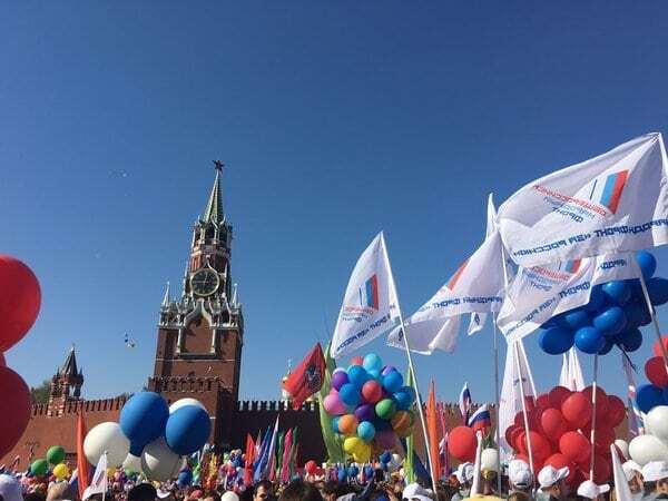 """У Москві триває """"100-тисячний"""" марш на 1 травня"""