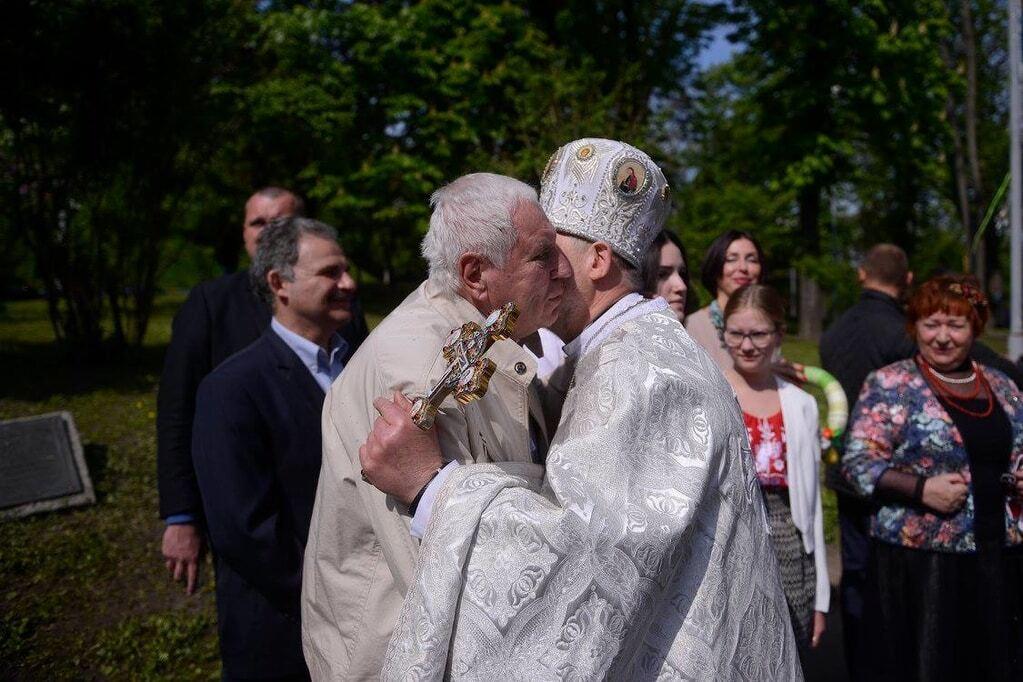 "Яценюк ""воскрес"" на Великдень: екс-прем'єр вперше з'явився на людях"