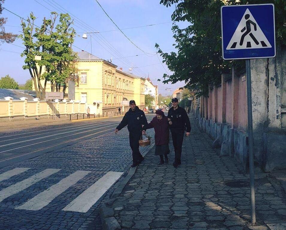 Львівські поліцейські підкорили соцмережі фото з бабусею на Великдень