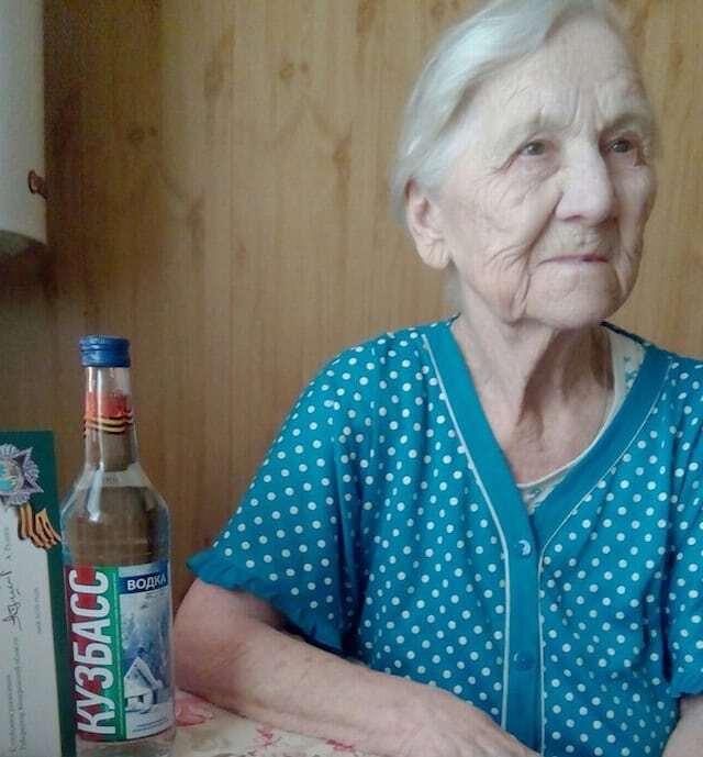 Радость cо слезами на глазах: в России ветеранам дарили к 9 Мая водку и огурцы