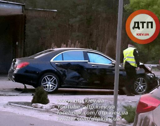 ДТП у Києві: зіткнулися 2 авто, Mercedes вилетів з дороги