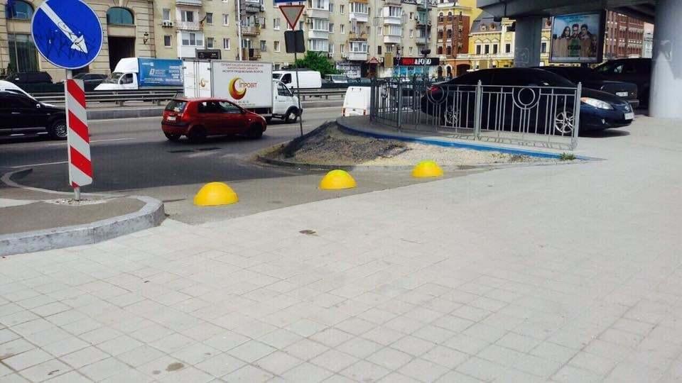 Стоп, автохам: на Почтовую площадь в Киеве вернули полусферы