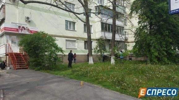 В Киеве мужчина выпал с восьмого этажа: подробности ЧП