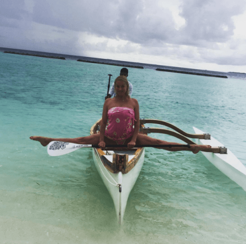 Волочкова блеснула на Мальдивах коронным шпагатом