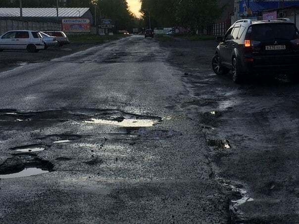 """""""Ездить по зубам"""": в российском Барнауле ямы на дорогах засыпали челюстями"""