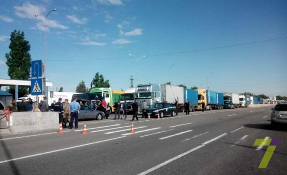 Десятки фур перекрыли трассу Киев-Одесса из-за отказа платить штрафы