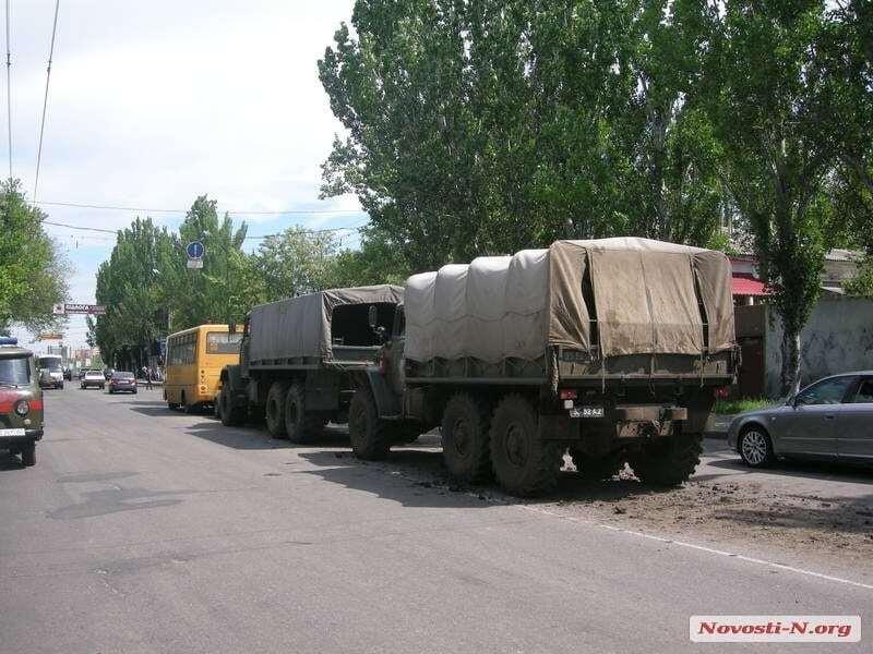 В Николаеве военный грузовик устроил аварию со школьным автобусом и легковушкой