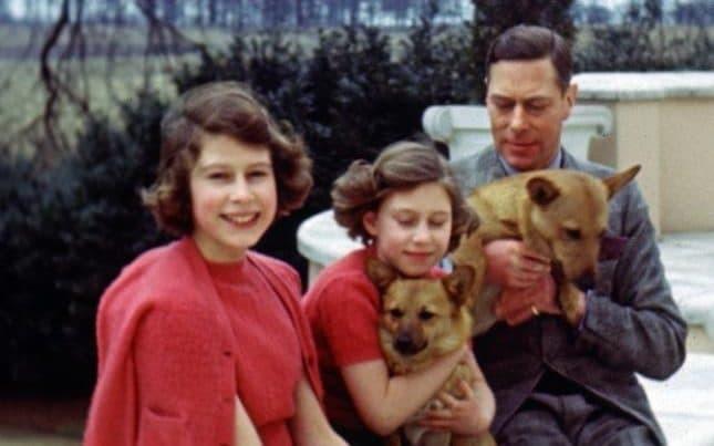 В сети появились редкие архивные фото королевы Британии Елизаветы II