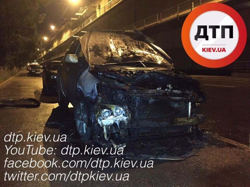У Києві горів автомобіль Toyota