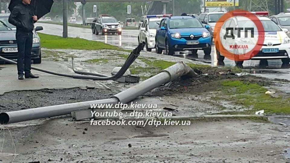 В Киеве водитель Геращенко сбил столб: подробности жесткого ДТП