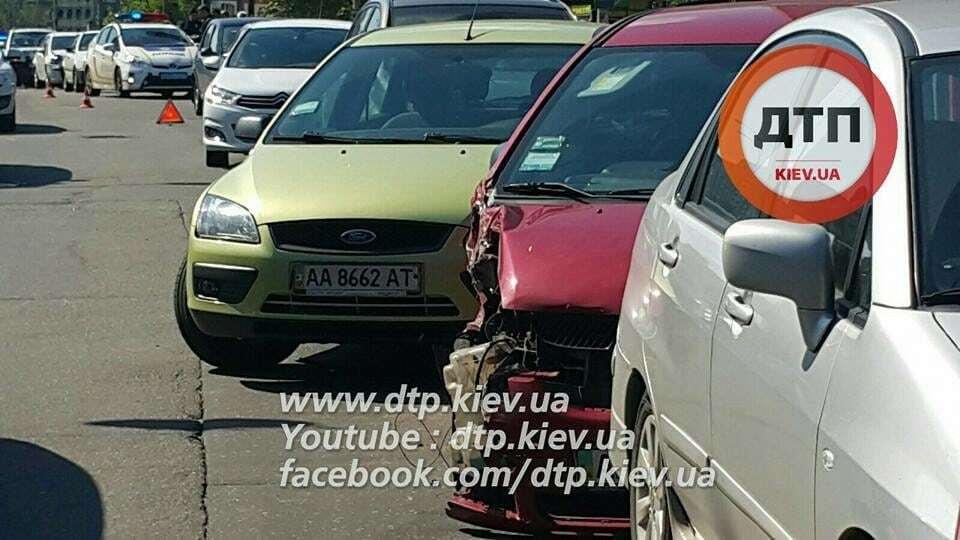 В масштабном ДТП в Киеве столкнулись 12 автомобилей