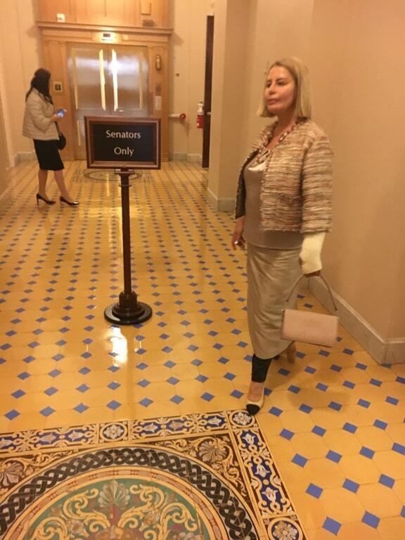 Анна Герман появилась в Сенате США с рукой в гипсе