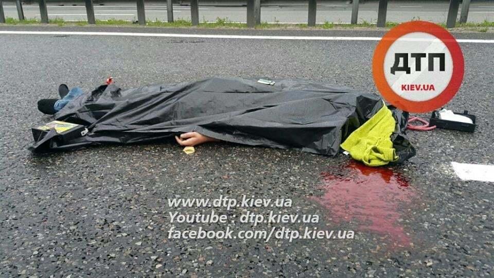 Смертельна ДТП під Києвом: Peugeot врізався в аварійні авто
