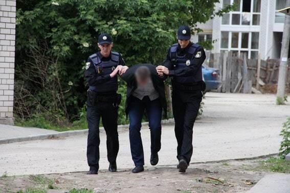 В Чернигове грабитель воткнул нож в шею копу и открыл стрельбу