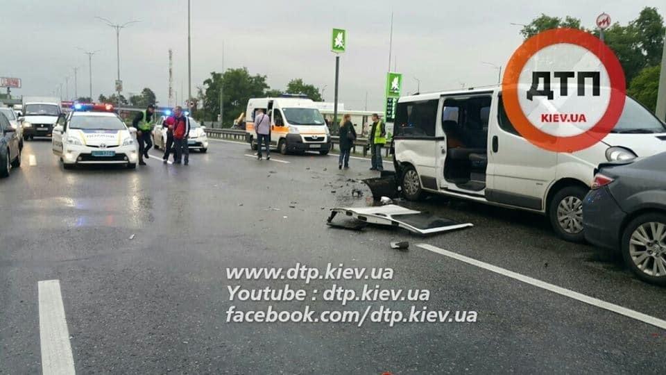 Смертельное ДТП под Киевом: Peugeot врезался в аварийные авто