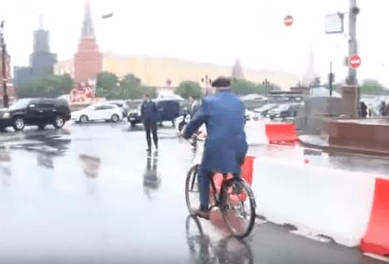 Цирк на колесах: Жириновський приїхав на велосипеді до Держдуми