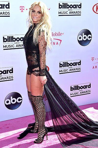 Бритни Спирс выгуляла на красной дорожке развратный наряд