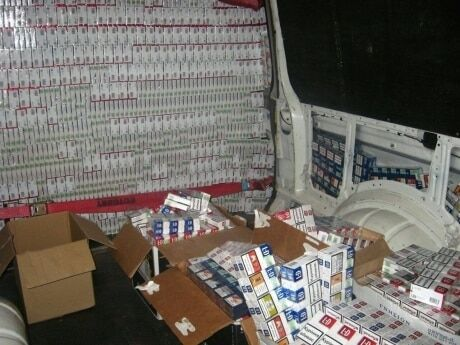 """Під виглядом """"дипвантажу"""": посольство України спіймали на контрабанді 60 тисяч пачок сигарет"""