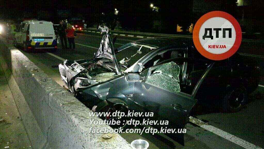 Смертельна ДТП під Києвом: Renault влетів у бетонний відбійник