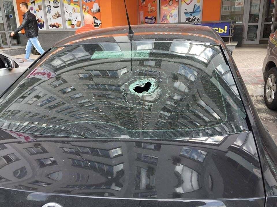 У Києві невідомі кинули з високоповерхівки цеглу: пошкоджено автомобіль