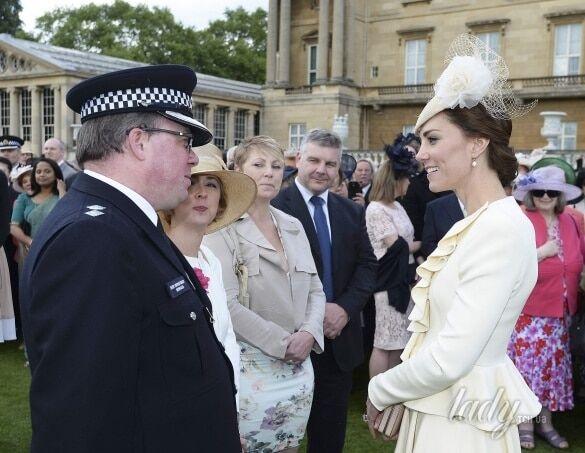 Кейт Миддлтон пришла к Королеве в старом наряде: опубликованы фото