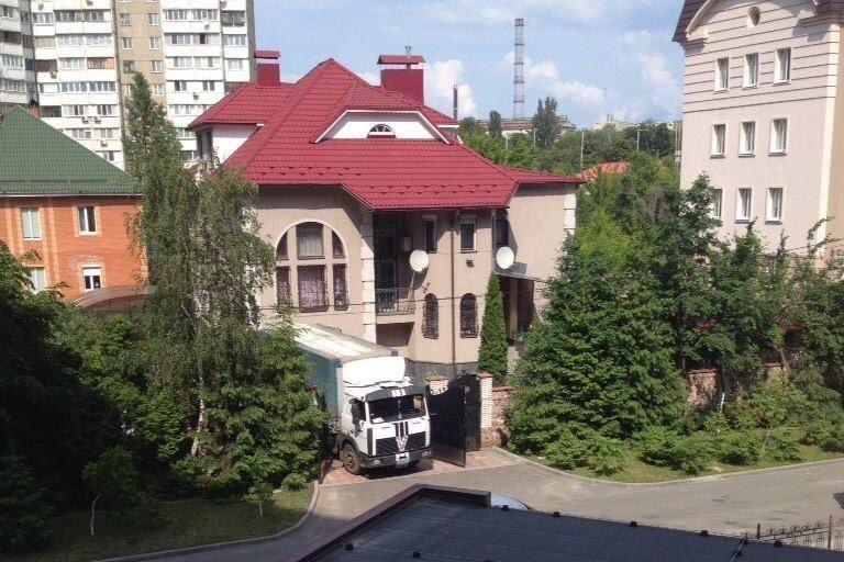 Біля будинку генерала ЗСУ засікли військову фуру з деревом