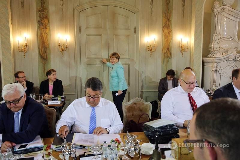 Фрау любит цвет бордо: Меркель показала свою сумку