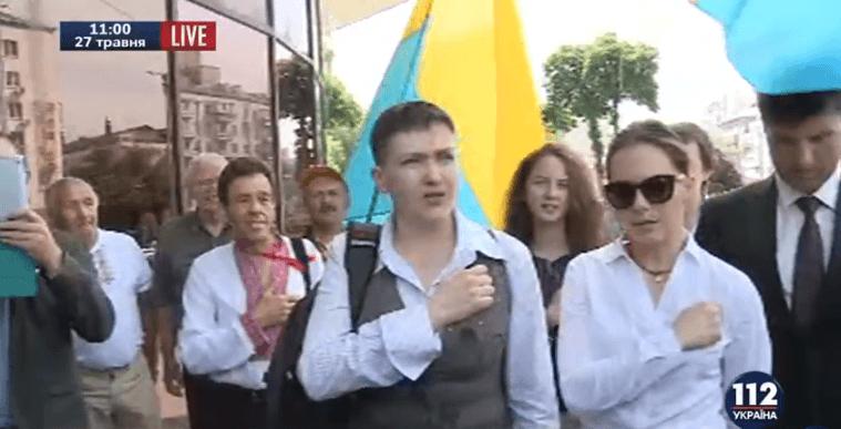 Героям слава: Савченко заспівала гімн України зі своїми побратимами