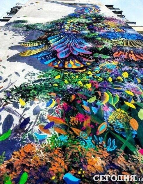 Новый мурал: в Киеве нарисовали огромного сказочного павлина