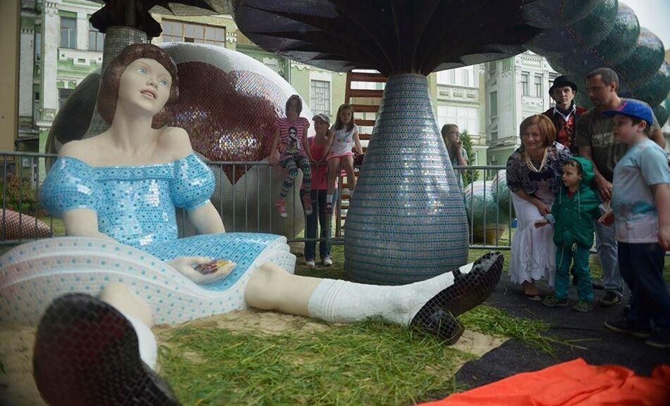 Это Киев, Алиса: на Пейзажной аллее установили необычную скульптуру