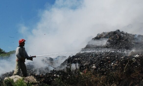 Під Львовом спалахнуло гігантське звалище сміття