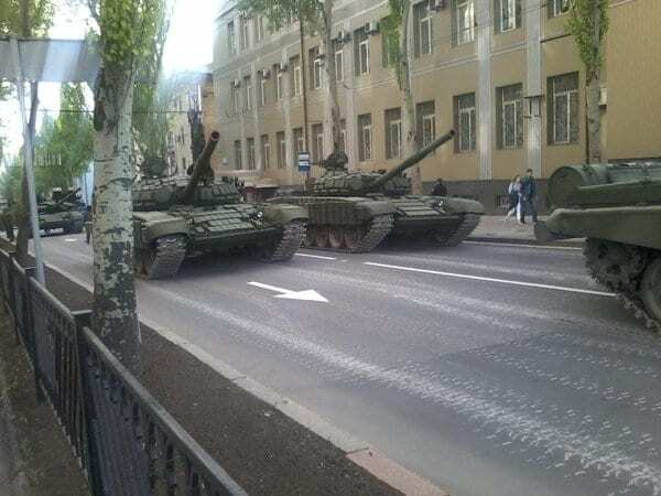 Готуються до свята: терористи вигнали на вулиці Донецька ешелони військової техніки