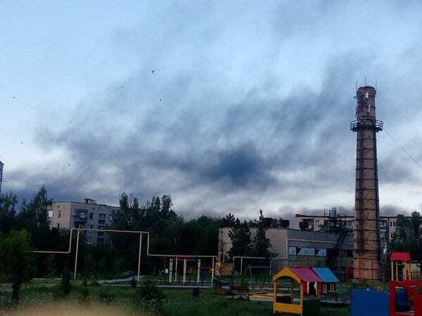 """Обстріли в Докучаєвську: місцеві жителі показали, як загорівся """"Карбон"""""""