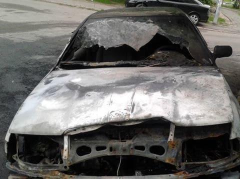 В Киеве возле высотки горели два автомобиля