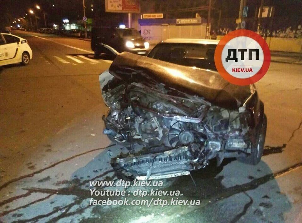 В Киеве пьяный водитель устроил ДТП: авто разбито вдребезги