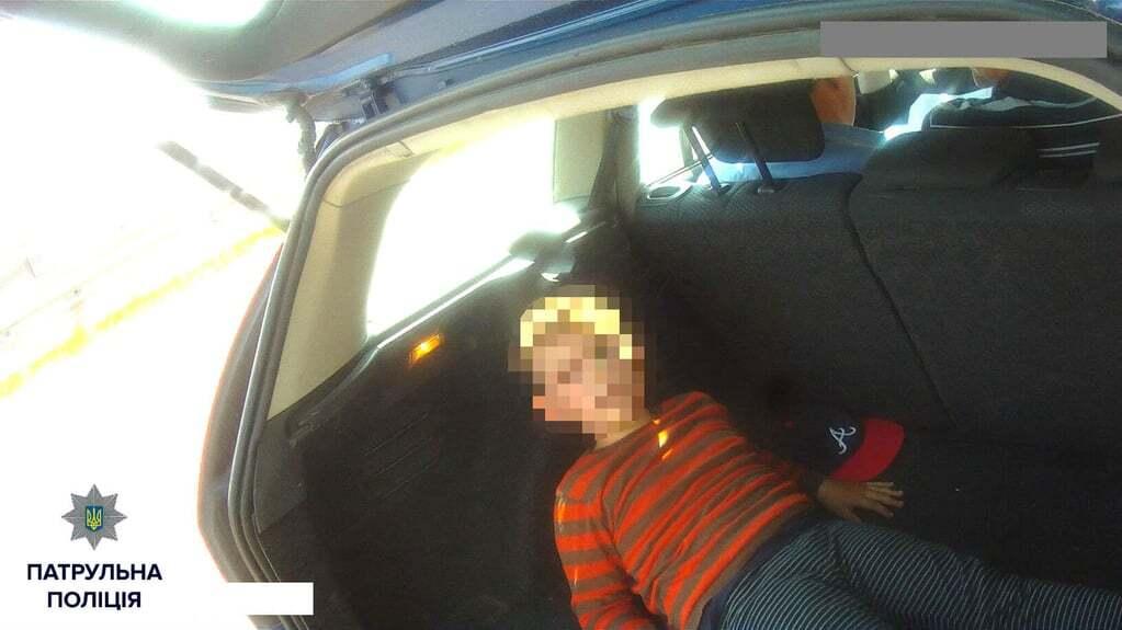 У Києві поліція зупинила машину з дитиною в багажнику