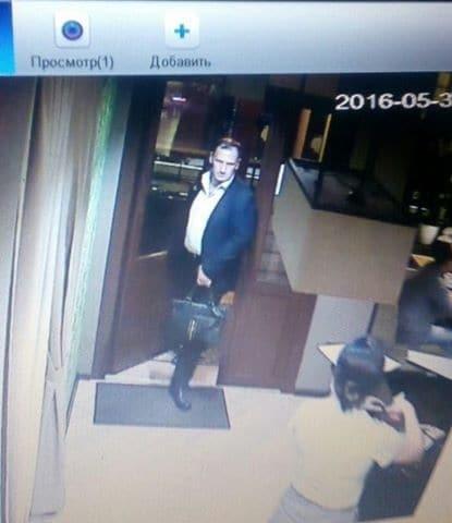 В Киеве двое мужчин вытянули кошелек в кафе: в соцсети объявили розыск