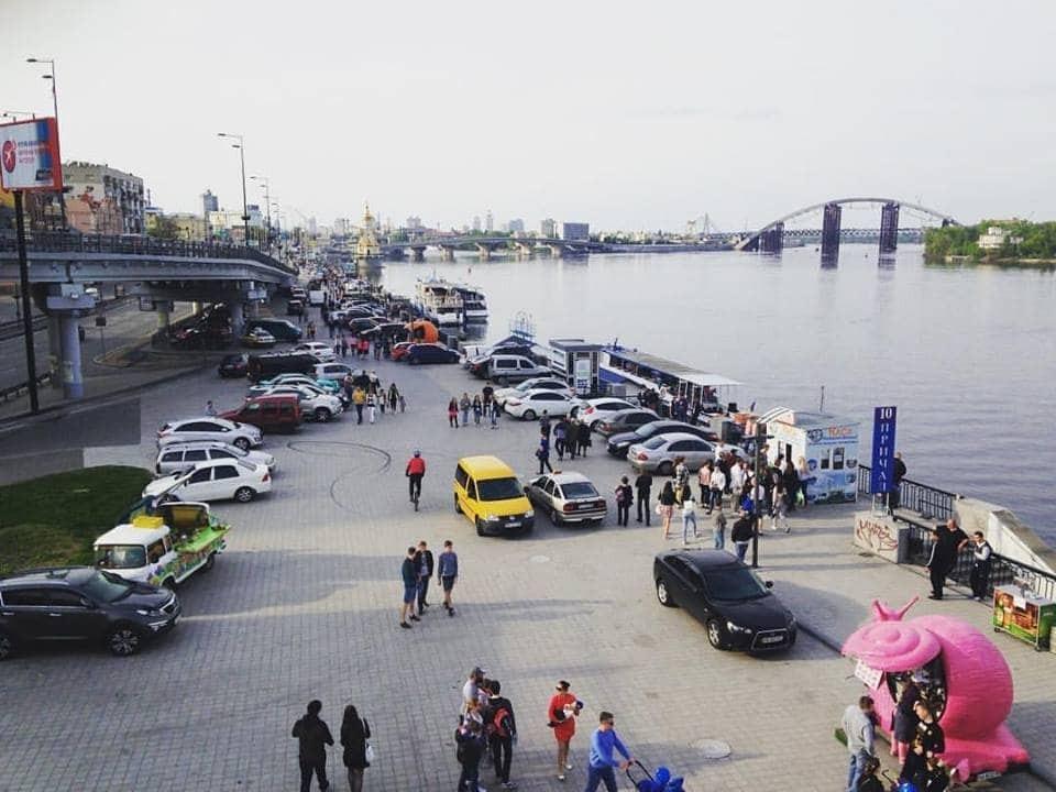 В Киеве автохамы оккупировали Почтовую площадь