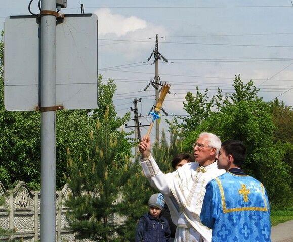Поруч із цвинтарем: на Прикарпатті освятили світлофор