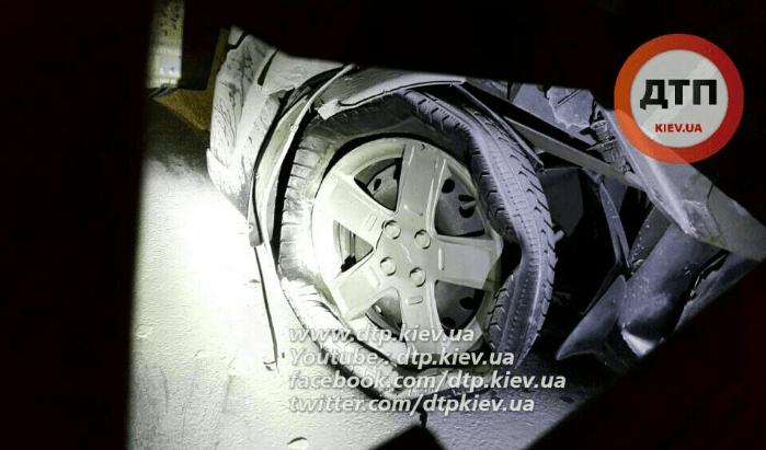 В Киеве несовершеннолетний водитель врезался в грузовик