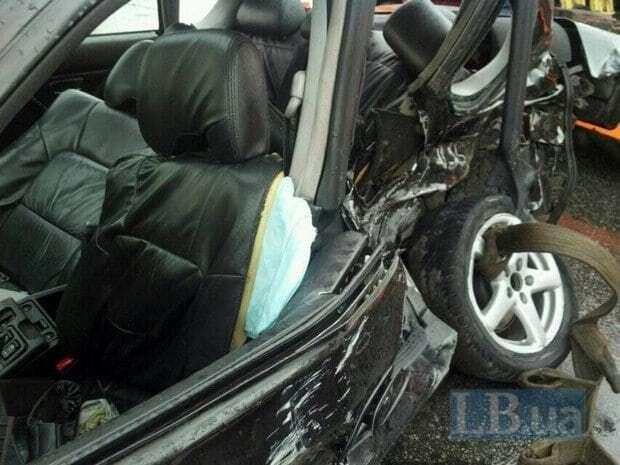 Жахлива ДТП у Києві: водій вилетів із машини на дорогу