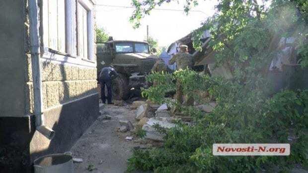 """На полной скорости: в Николаеве пьяные военные на """"Урале"""" влетели в жилой дом"""