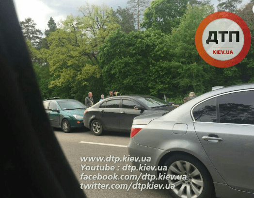 Масштабна ДТП у Києві: зіткнулися 8 авто, пасажирка отримала серйозні травми