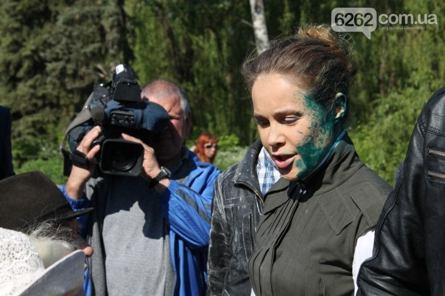 Королевскую в Славянске атаковали зеленкой и яйцами