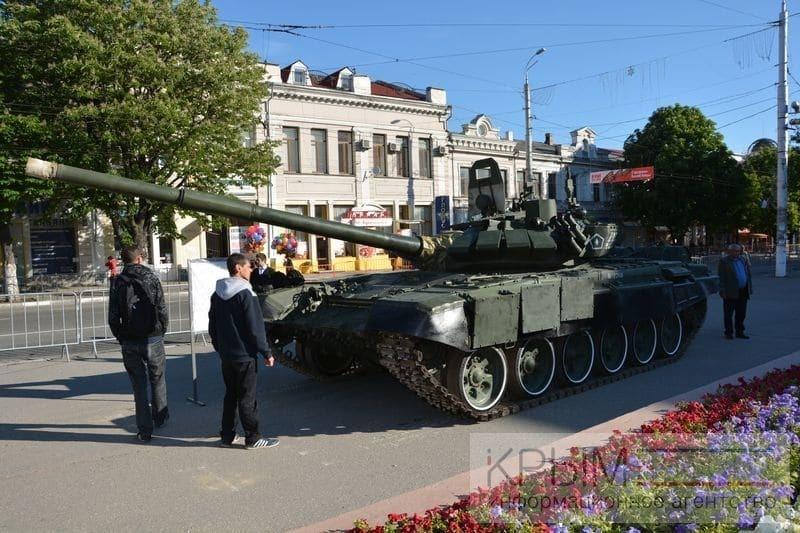 В Симферополь на День Победы навезли военную технику