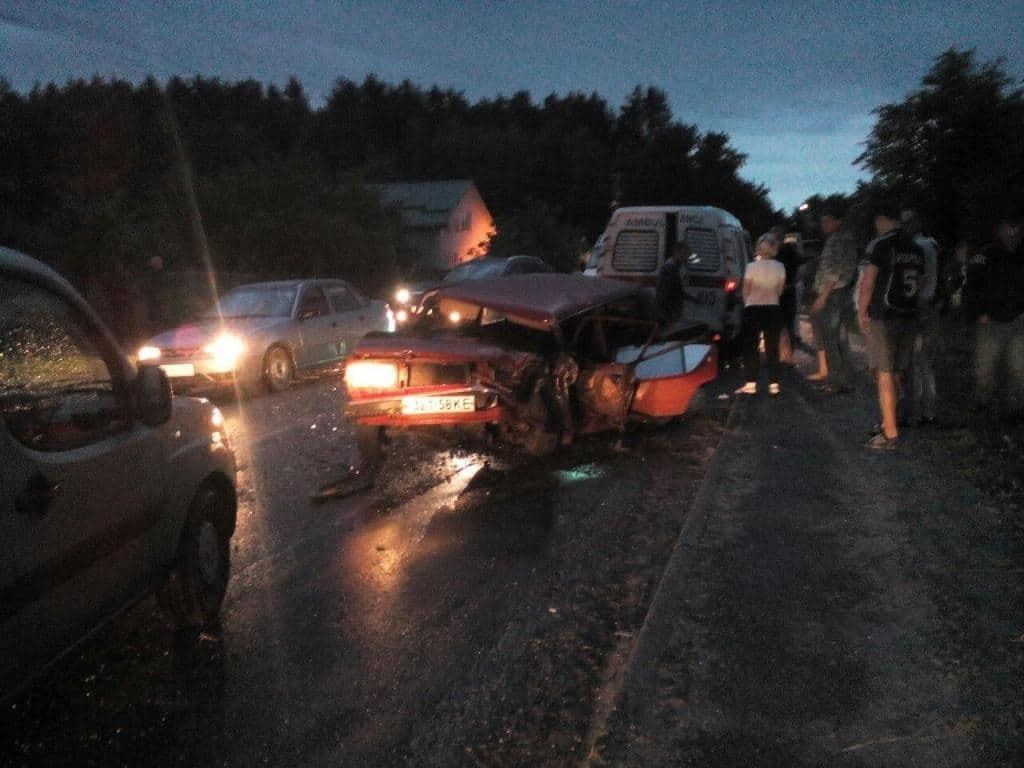 Смертельное ДТП на Киевщине: водитель погиб, четверо пострадавших