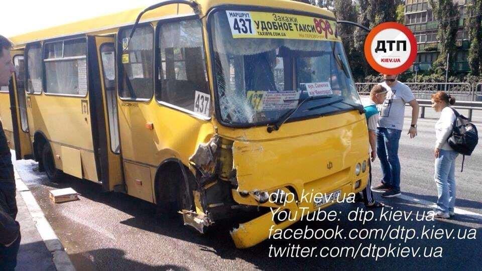 В Киеве автомобиль врезался в маршрутку: есть пострадавшие